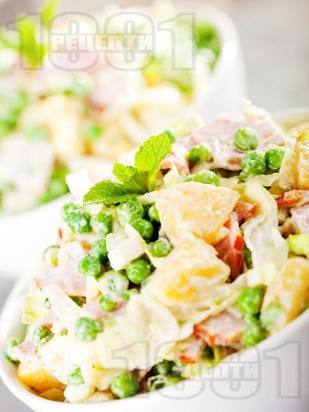 Салата от варени картофи, айсберг, грах и пилешко филе и дресинг от кисело мляко и горчица - снимка на рецептата